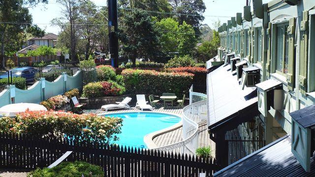 ascot motor inn wahroonga qantas hotels australia. Black Bedroom Furniture Sets. Home Design Ideas
